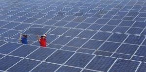 Técnicos instalando placas solares