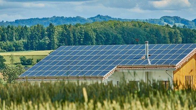 Instalación fotovoltaica sobre tejado en el campo